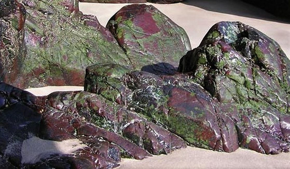 serpentine rocks at Kynanance Cove